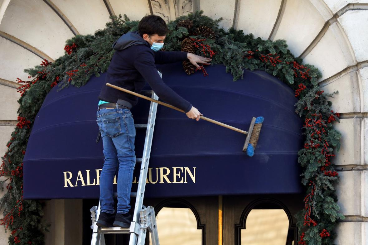Francouzské obchody se připravují na otevření