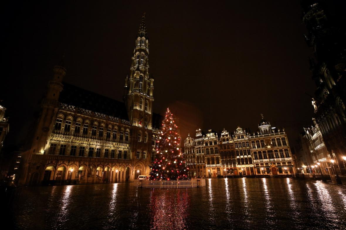V Belgii stále platí noční zákaz vycházení. Na snímku pusté náměstí v Bruselu