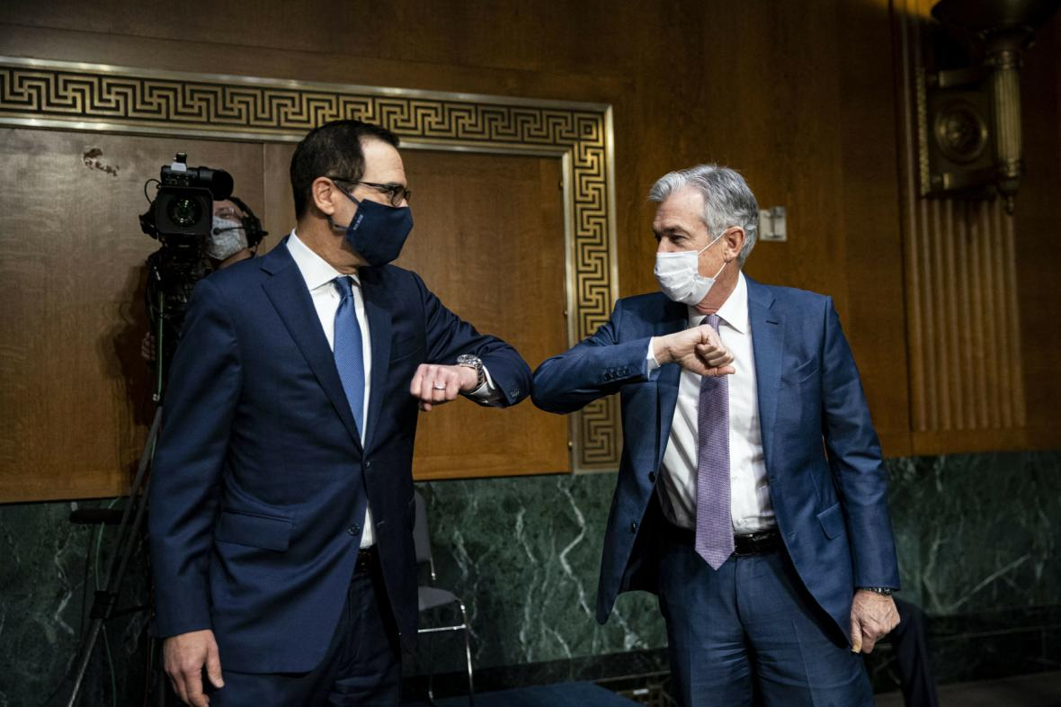 Ministr financí Mnuchin a šéf Fedu Powell (zleva) se zdraví při jednání bankovního výboru Senátu