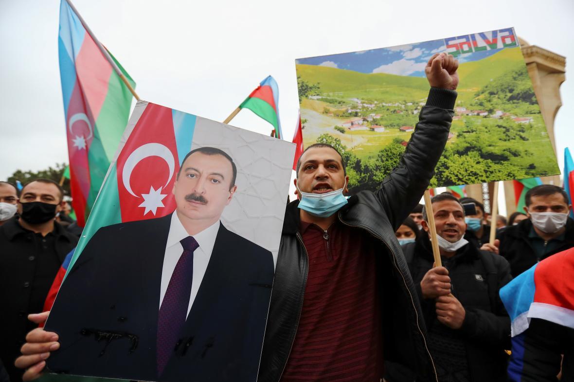 Ázerbájdžánci v Baku oslavují poté, co se země zmocnila města Lačin