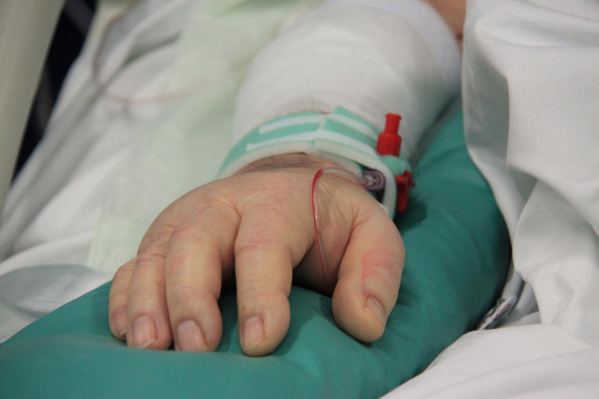 Pacient ležící na oddělení anesteziologie a resuscitace