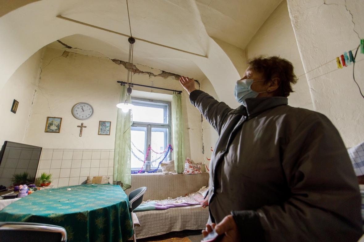 Obyvatelka města Petrinja, nedaleko od epicentra zemětřesení, ukazuje na puklinu ve zdi