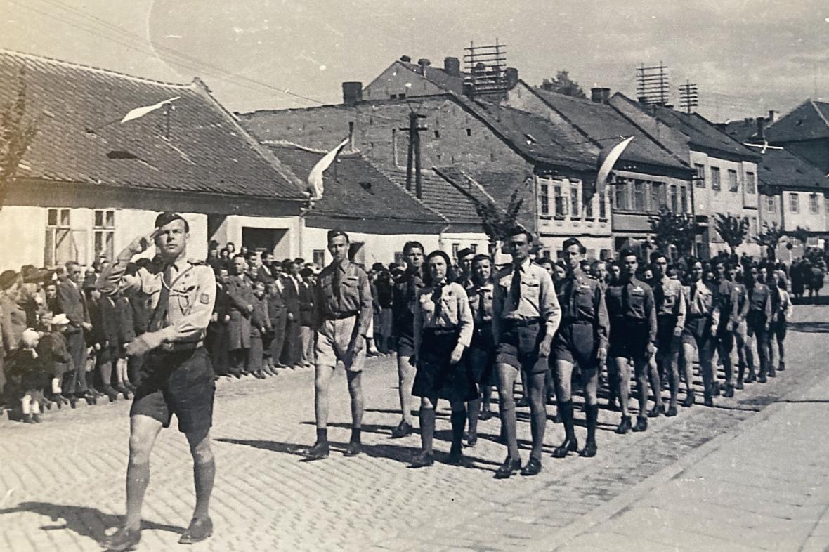 Skauti pochodují Líšní (1945)