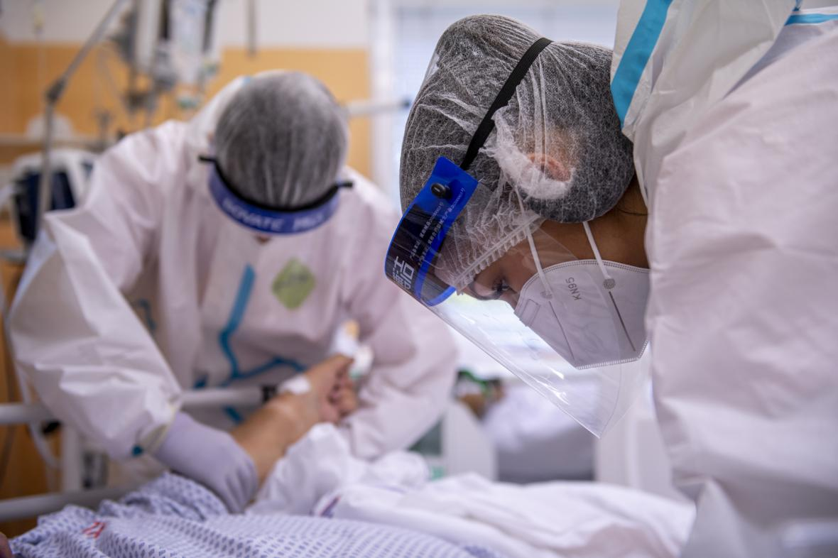 Zdravotníci pečují o pacienta s covidem v náchodské nemocnici