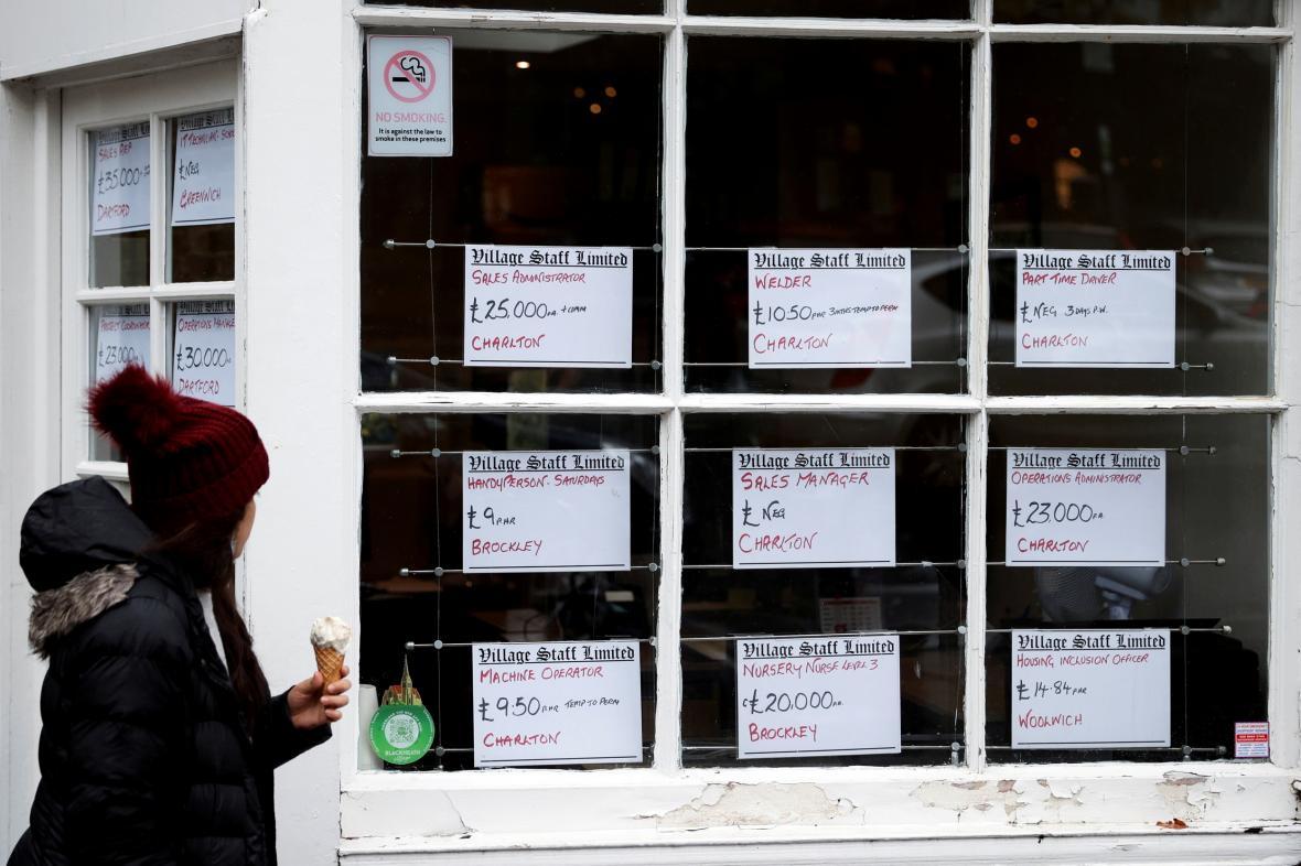 Pracovní inzeráty na vývěsce jedné z agentur v Londýně