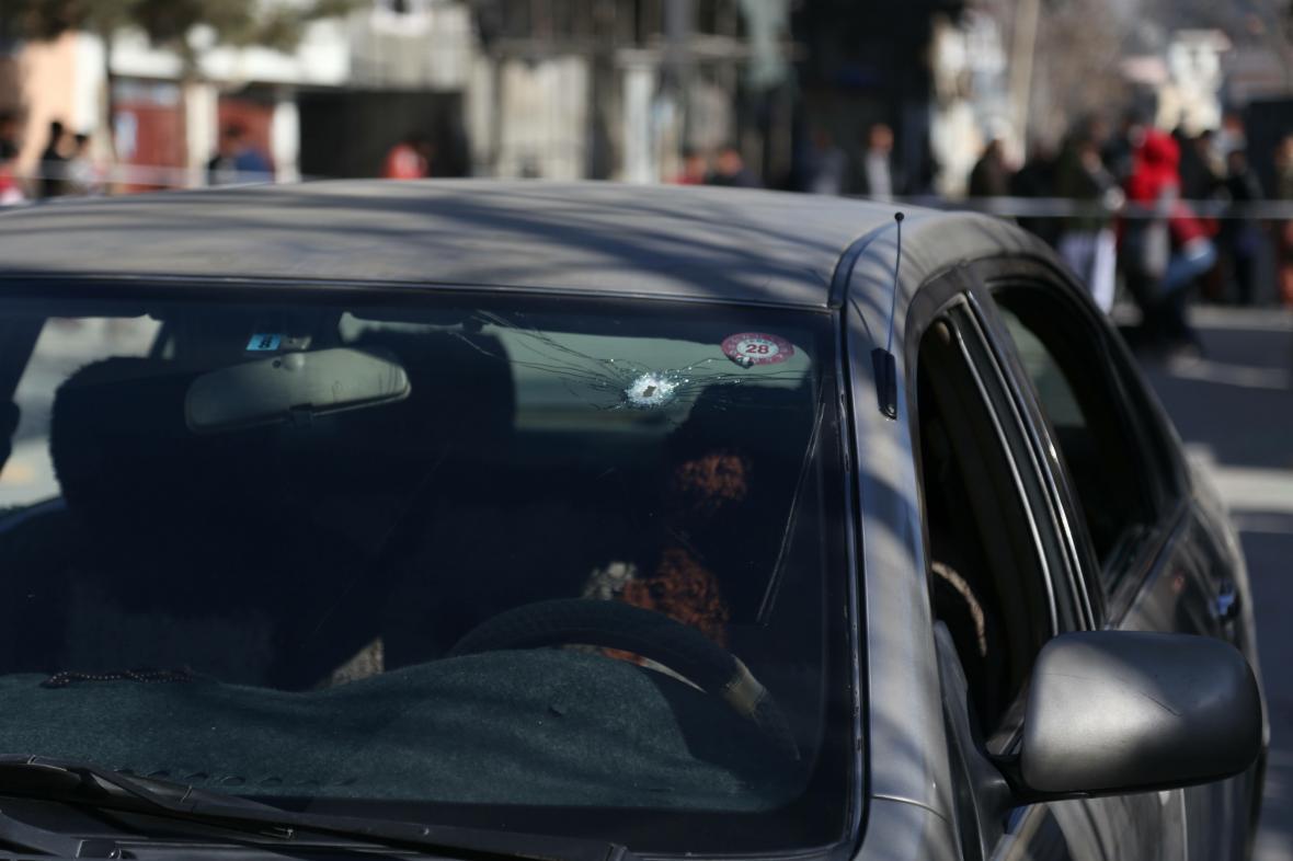 Díry po kulkách ve voze, ve kterém jely dvě soudkyně