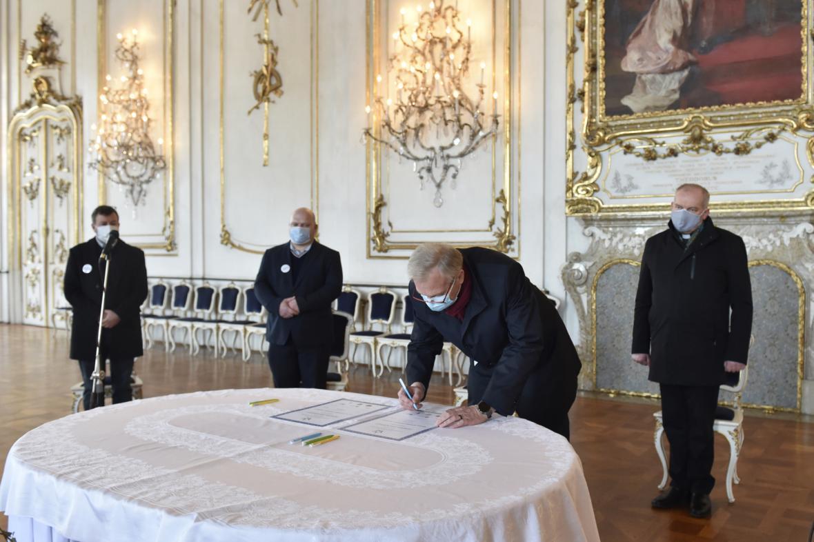 Podpis zakládací listiny Asociace nestátních otevřených památek