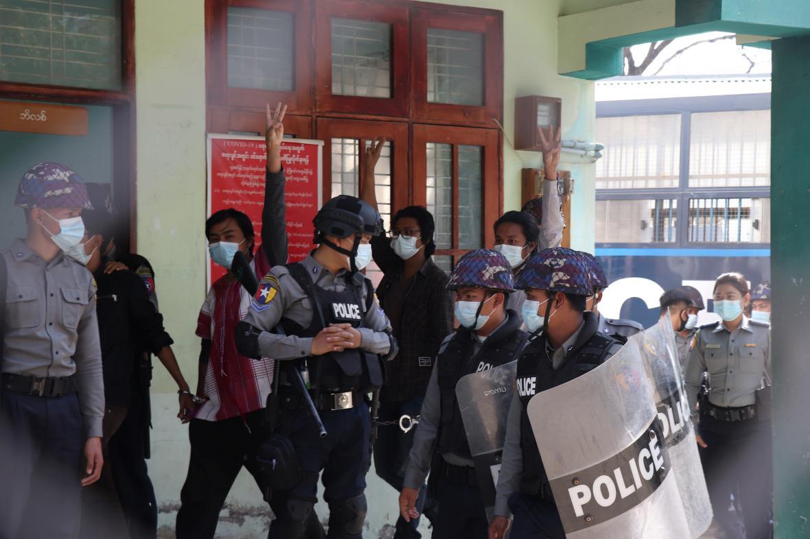 Zadržení studenti po protestu proti puči