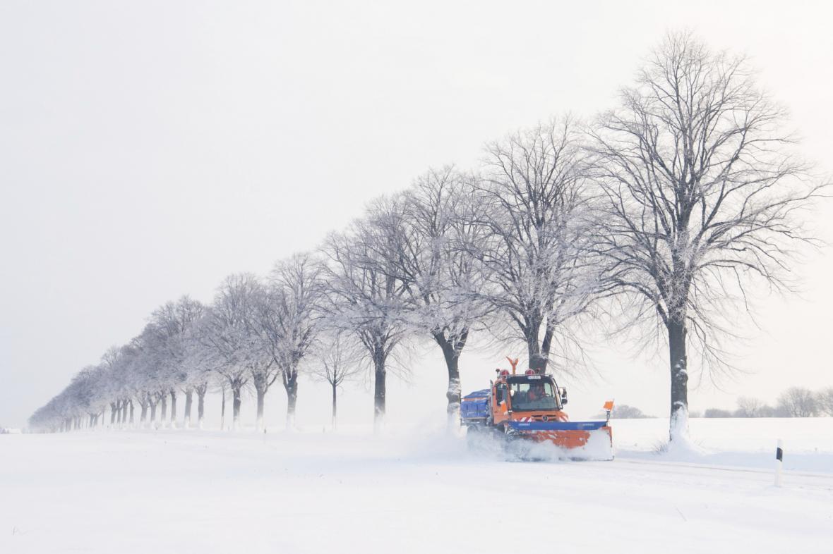 Německé technické služby čistí silnici od sněhu nedaleko Hildesheimu