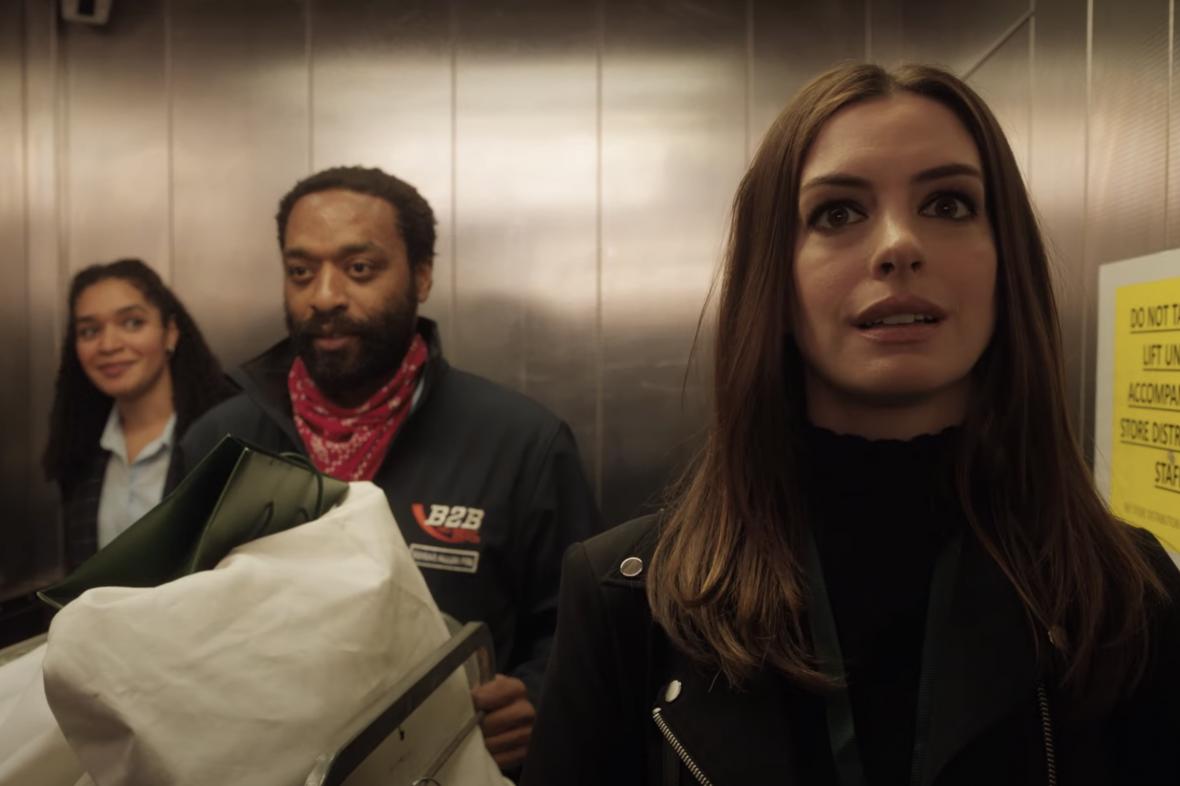 Chiwetel Ejiofor (uprostřed) a Anne Hathawayová (vpravo) ve filmu Lockdown