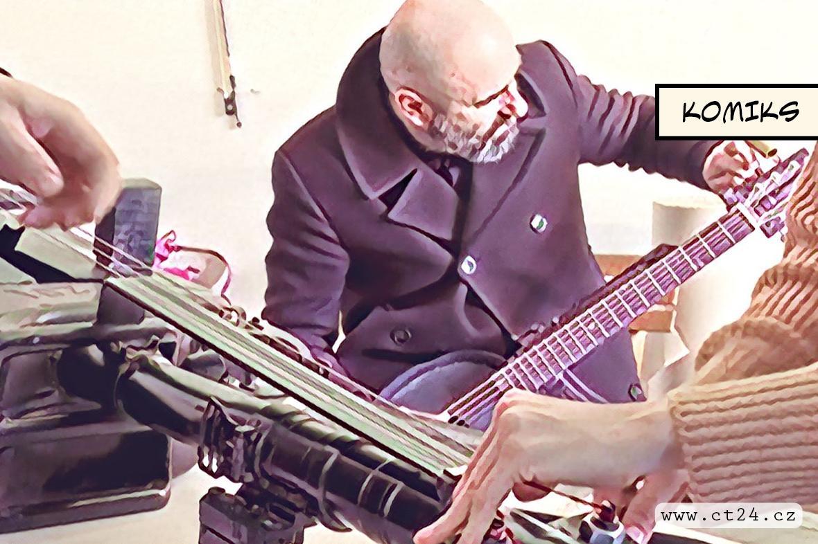 Umělec tvoří hudební nástroje ze zbraní