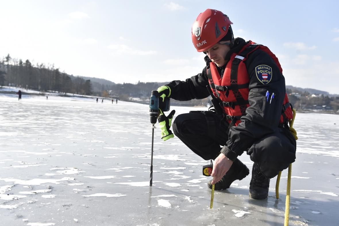 Strážníci měří tloušťku ledu na Brněnské přehradě