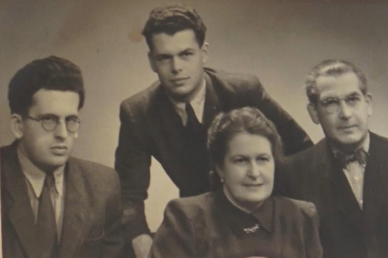 Ivo Levý (uprostřed) s rodiči a bratrem