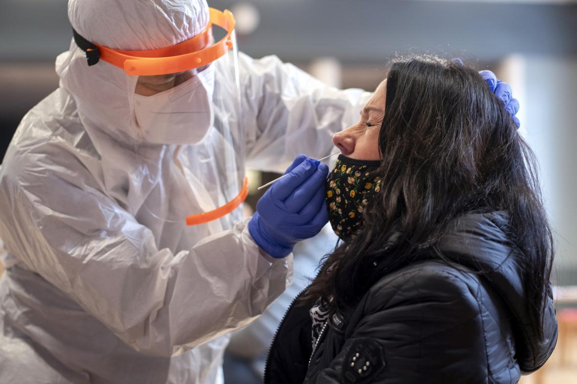 Jeden z nejčastějších hoaxů: zdravotníci výtěrovou tyčinkou vpravují do lidí čipy