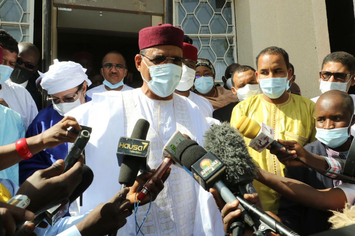 Nigerijský prezidentský kandidát Mohamed Bazoum hovoří k médiím