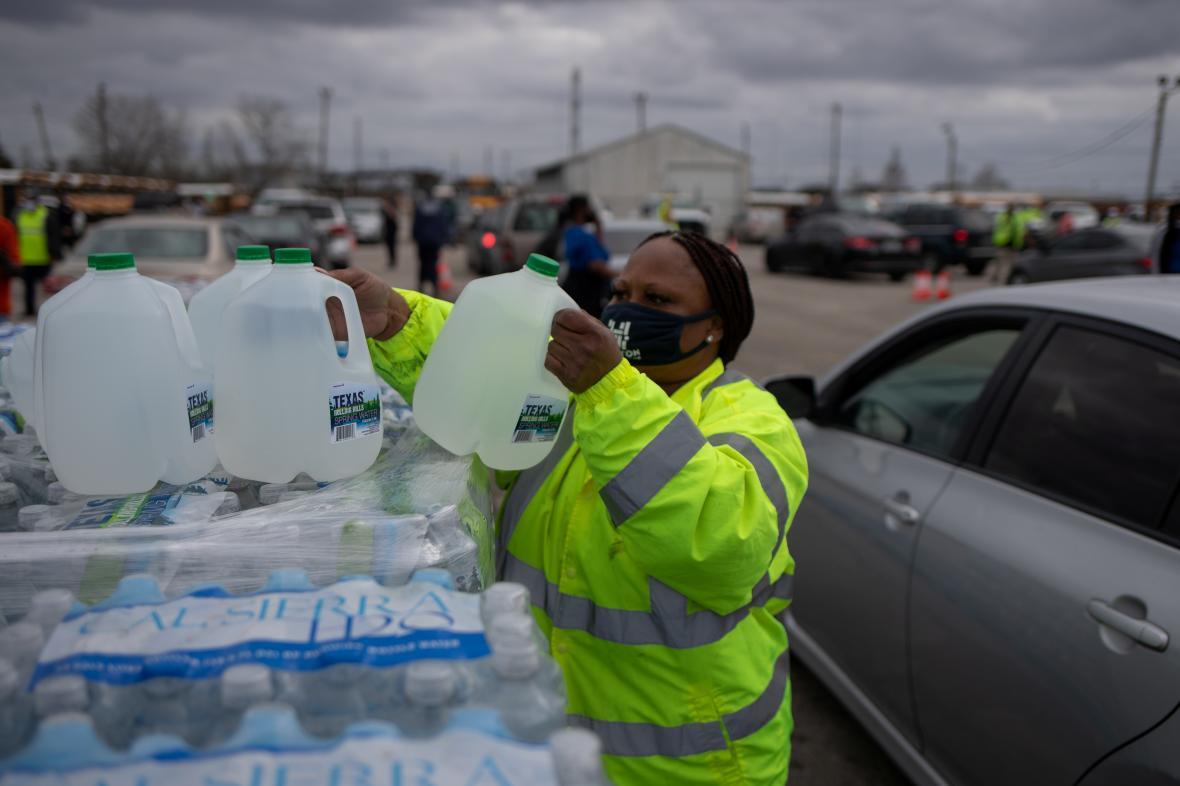 Dobrovolníci rozdávají vodu v texaském Houstonu
