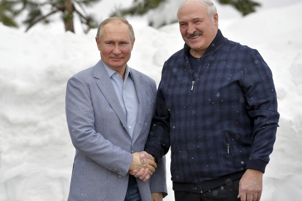 Ruský prezident Vladimir Putin (vlevo) a jeho běloruský protějšek Alexandr Lukašenko