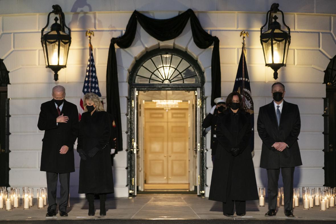 Prezident Joe Biden s viceprezidentkou Kamalou Harrisovou uctili památku zemřelých