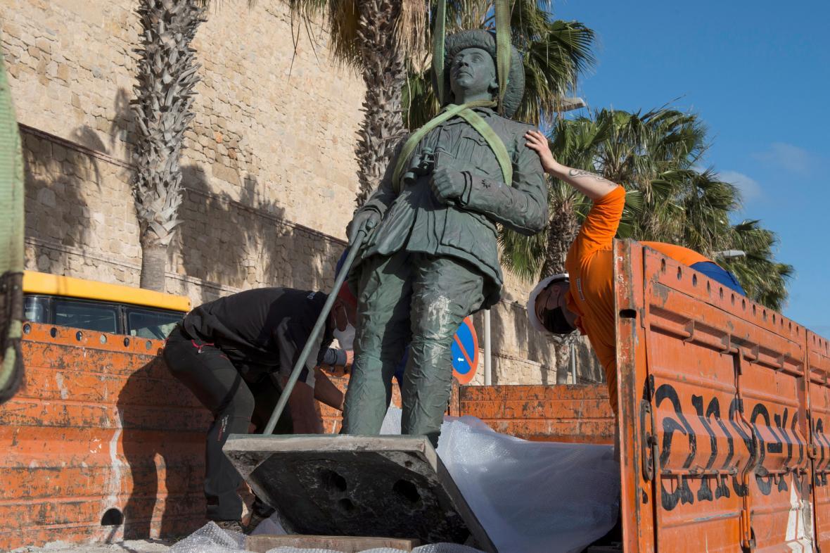 Odstranění poslední Frankovy sochy v Melille