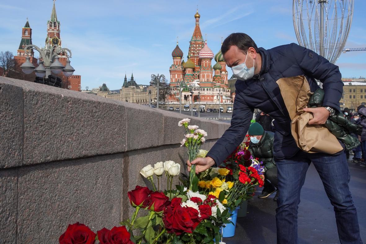 Lidé přinesli na místo Němcovovi vraždy květiny
