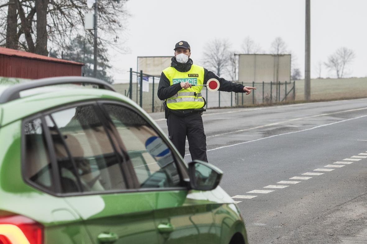Policejní kontrola na hranici okresů