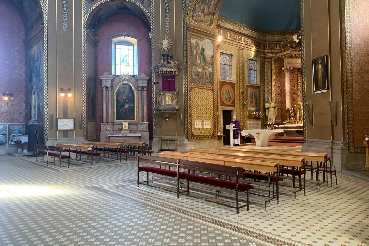 Kněz slouží mši v prázdné bazilice na sv. Hostýně