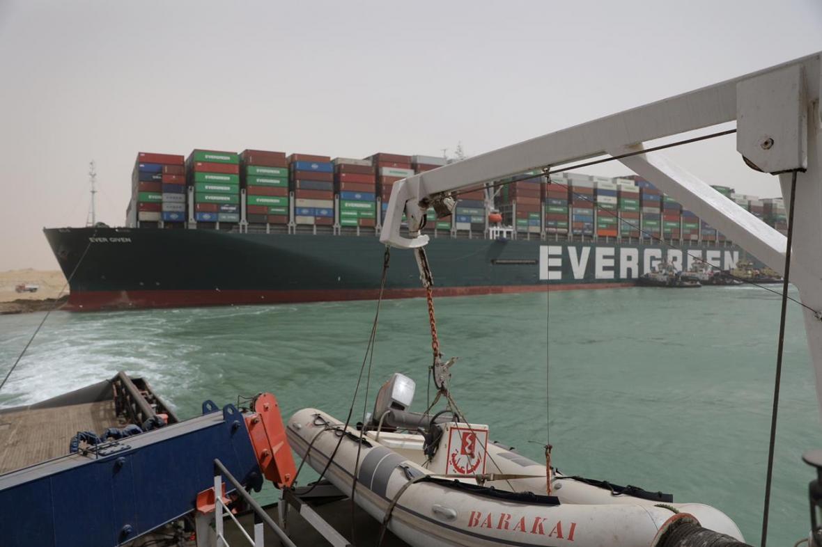 Loď Ever Given dál blokuje Suezský průplav