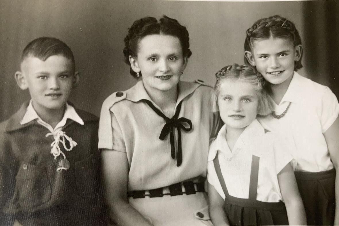 Marta Dostálová (vpravo) s maminkou a mladšími sourozenci (1952)