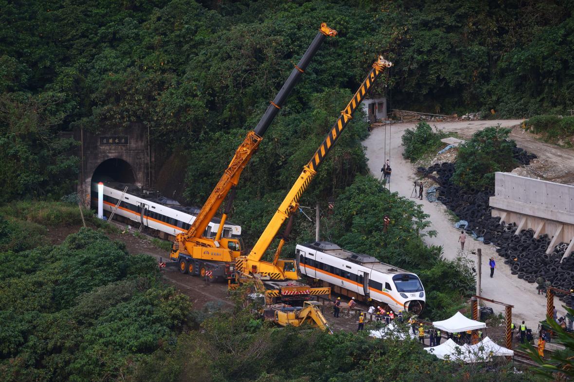 Uklízení místa nehody tchajwanského vlaku