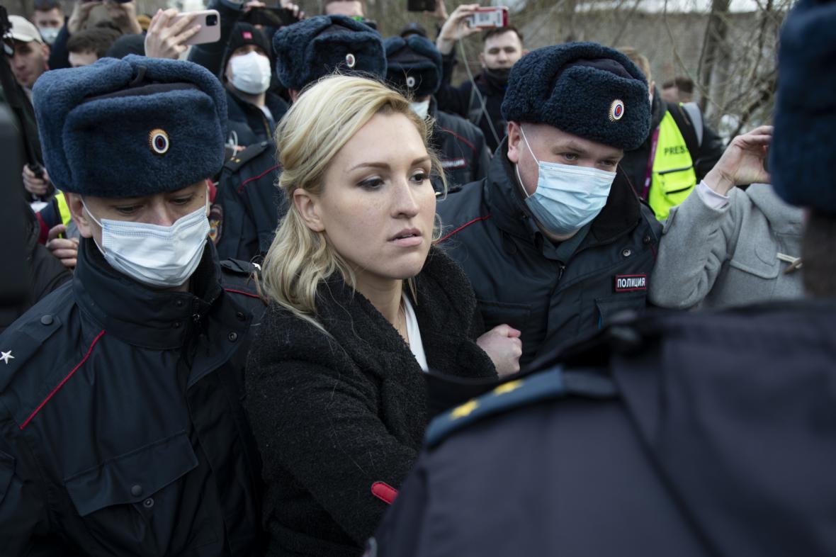 Policie odvádí Navalného lékařku Anastasiji Vasiljevovou