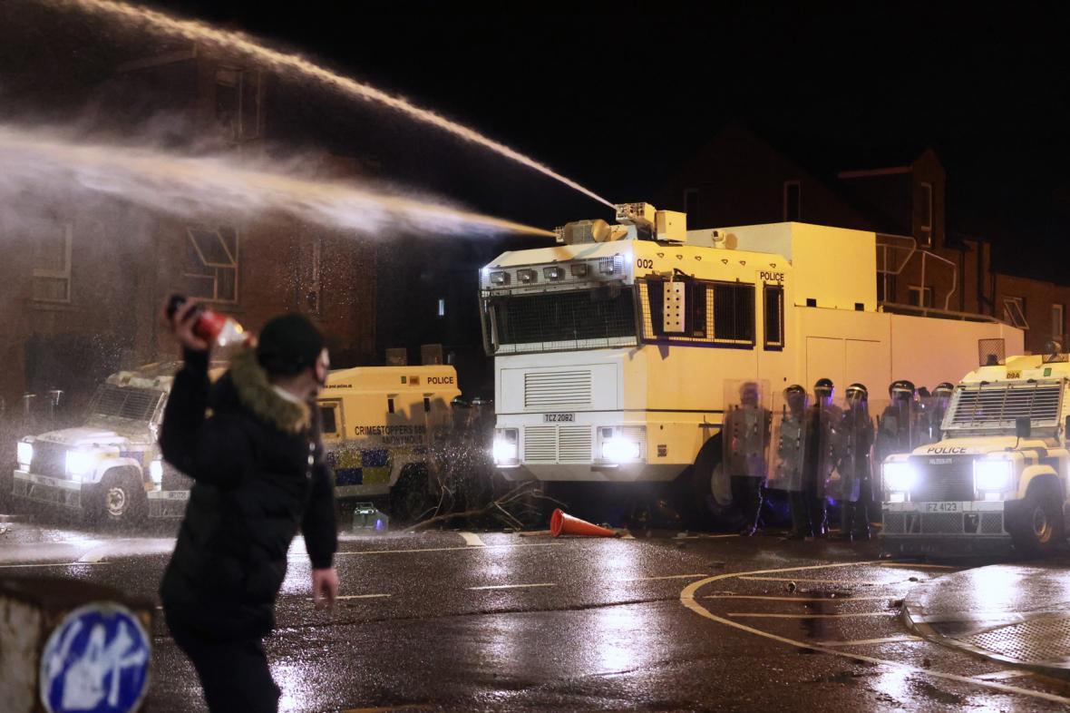 Severoirská policie zasahovala v ulicích západního Belfastu vodními děly