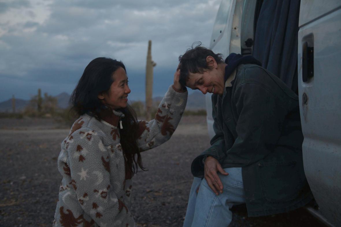 Čínská režisérka Chloé Zhaoová (vlevo) a americká herečka Frances McDormandová během natáčení filmu Země nomádů.