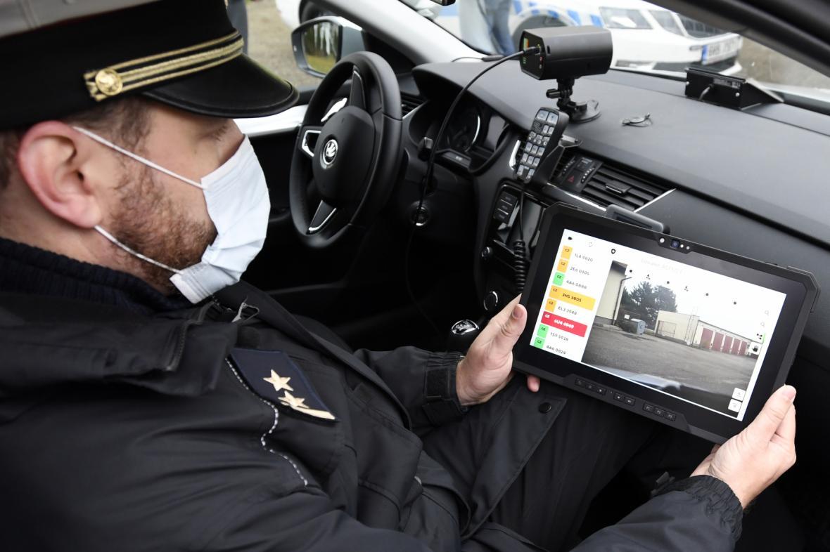 Policista kontroluje elektronické dálniční známky