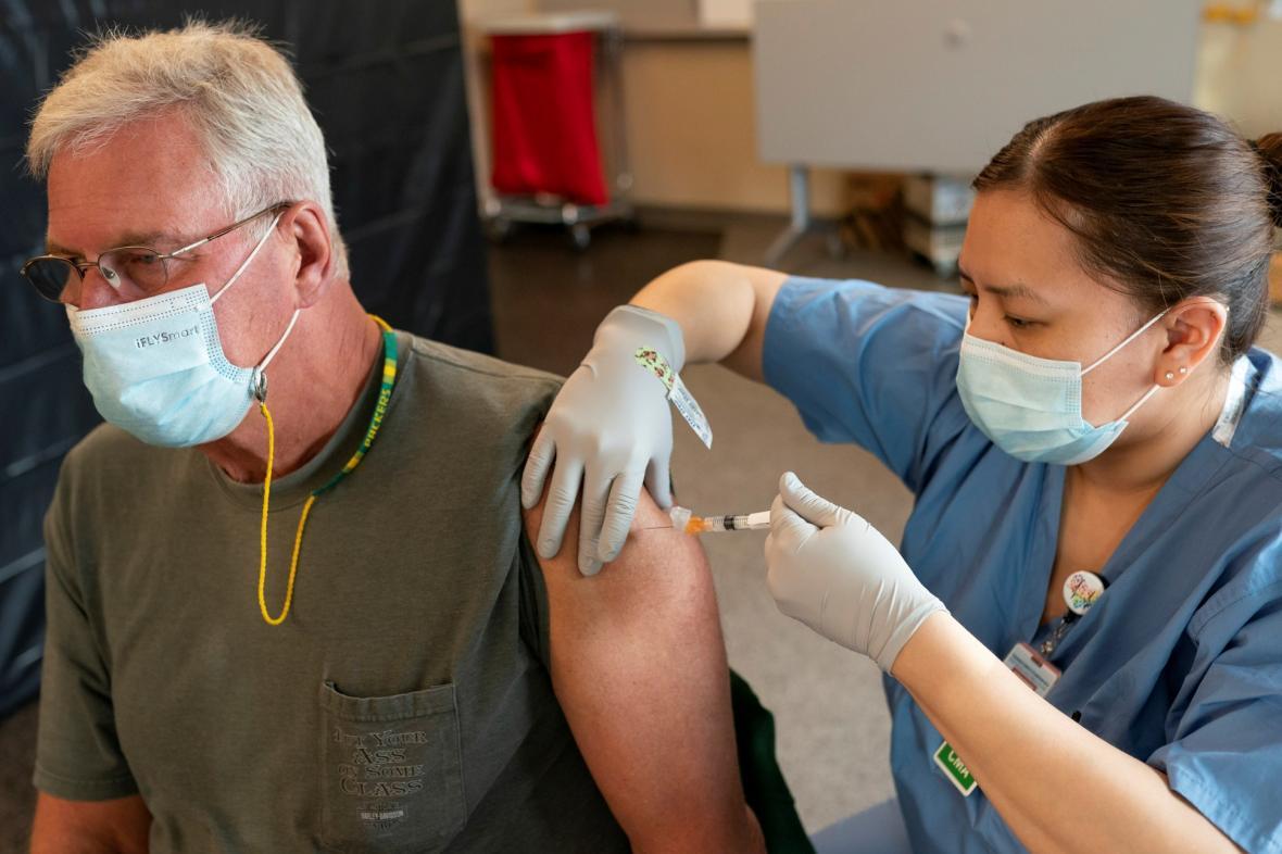 Distribuce vakcíny na Aljašce by se bez rodilých obyvatel neobešla
