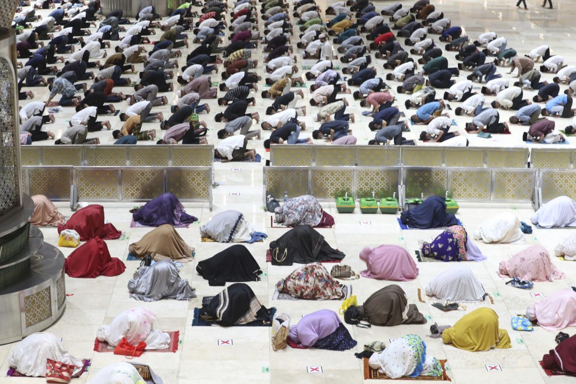 Indonéští muslimové se během letošního ramadánu modlí s rozestupy
