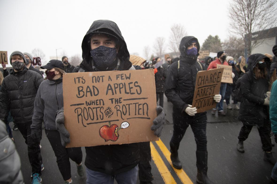 Protestující s transparenty v Minneapolis