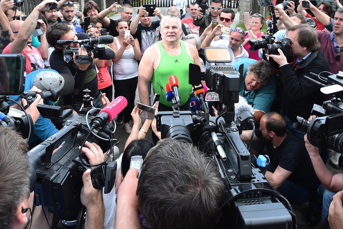Kajínkovo propuštění z věznice si média nenechala ujít, 23. květen 2017