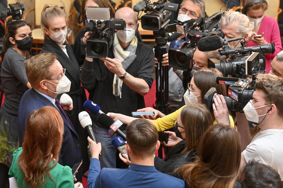 Petr Arenberger (vlevo) hovoří s novináři