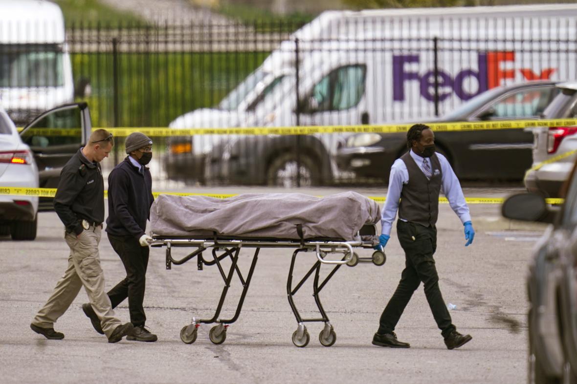 Zřízenci odvážejí tělo z místa činu v areálu kurýrní firmy FedEx