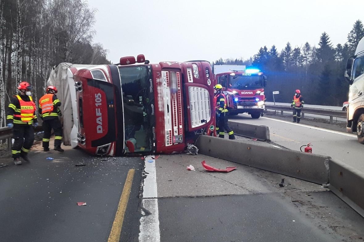 Převrácený kamion na dálníci D1 u Ostrovačic na Brněnsku