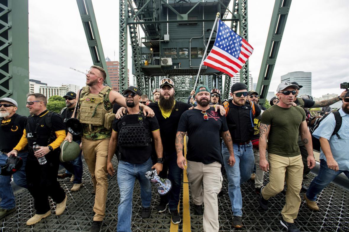 Členové skupiny Proud boys při protestech z roku 2019 včetně Josepha Biggse (v zelené čepici).