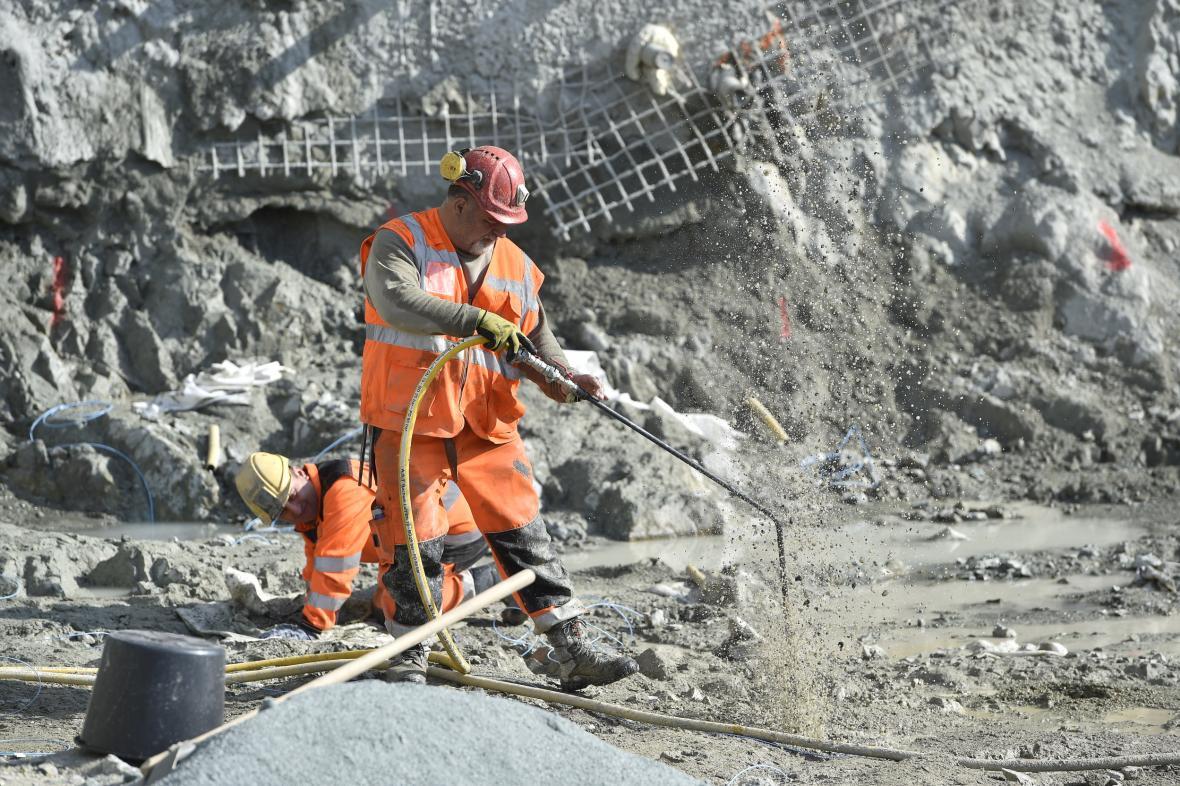 Přípravy na odstřel skály v Brně