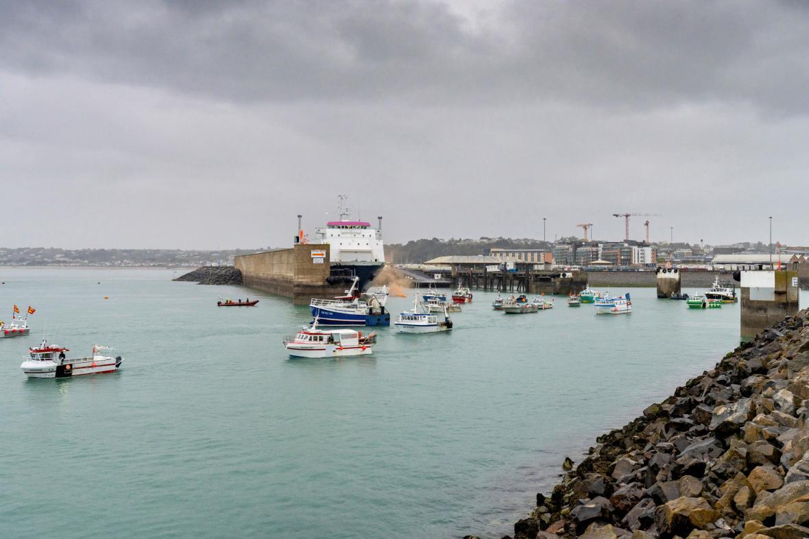 Lodě francouzských rybářů u přístavu St Helier