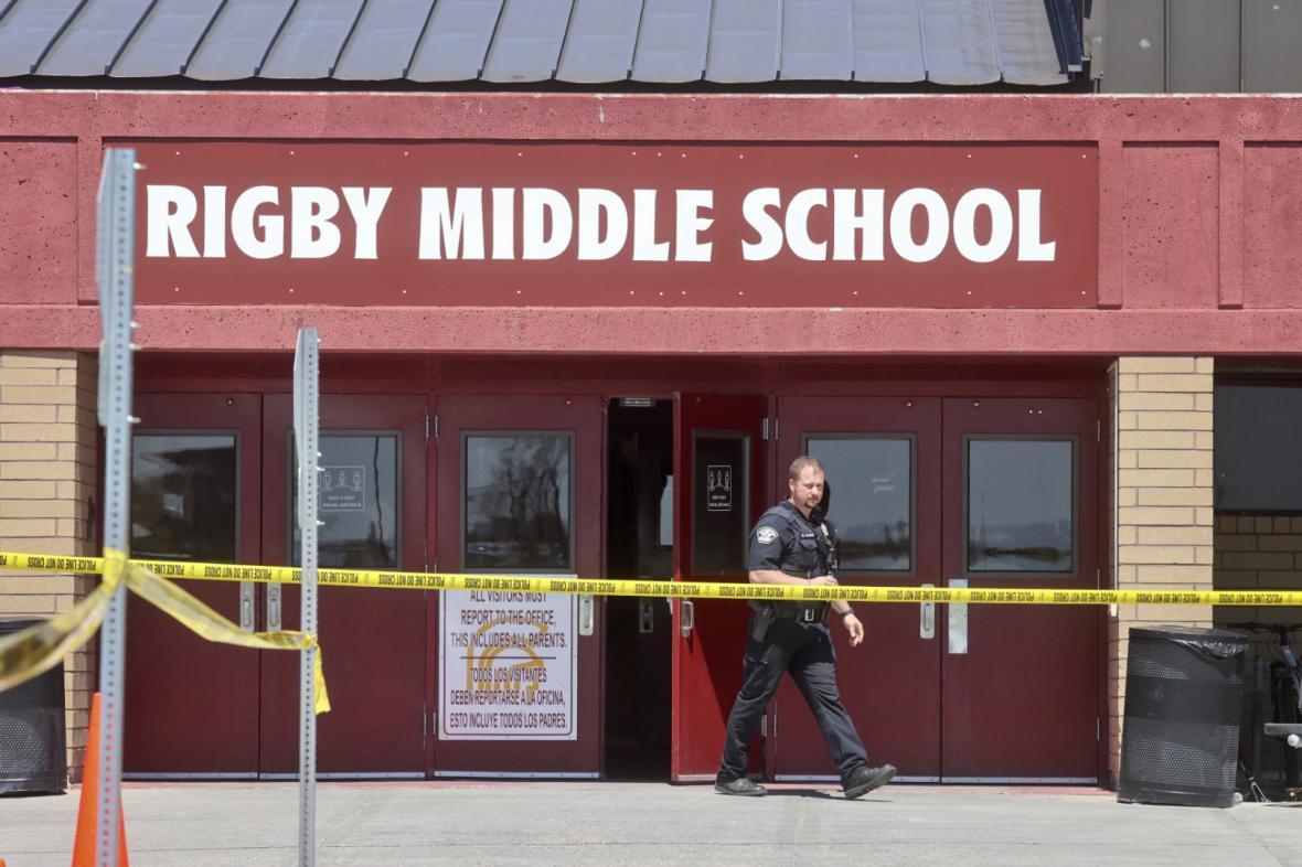 Policista vychází ze školy, kde ke střelbě došlo