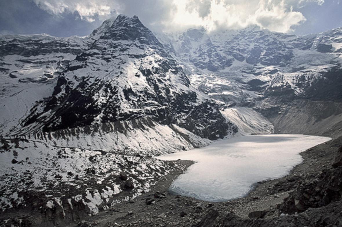 Ledovcové jezero v Nepálu