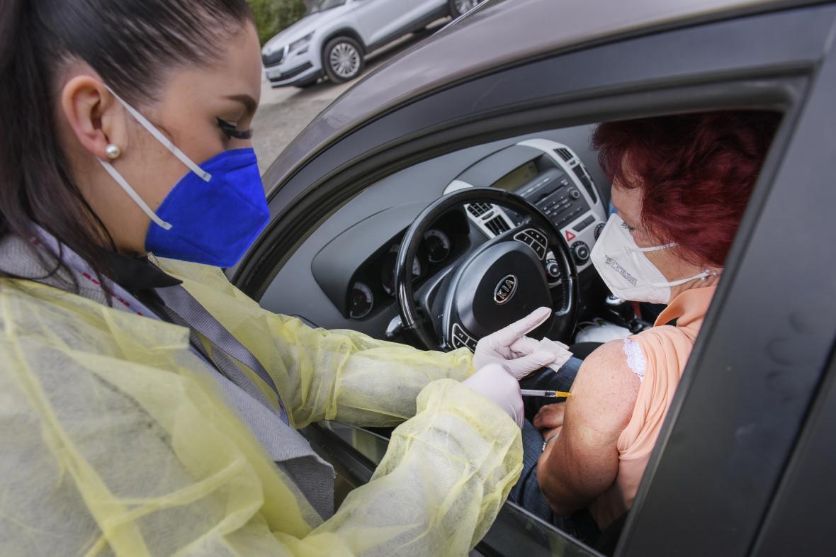 Očkování na drive-in očkovacím místě