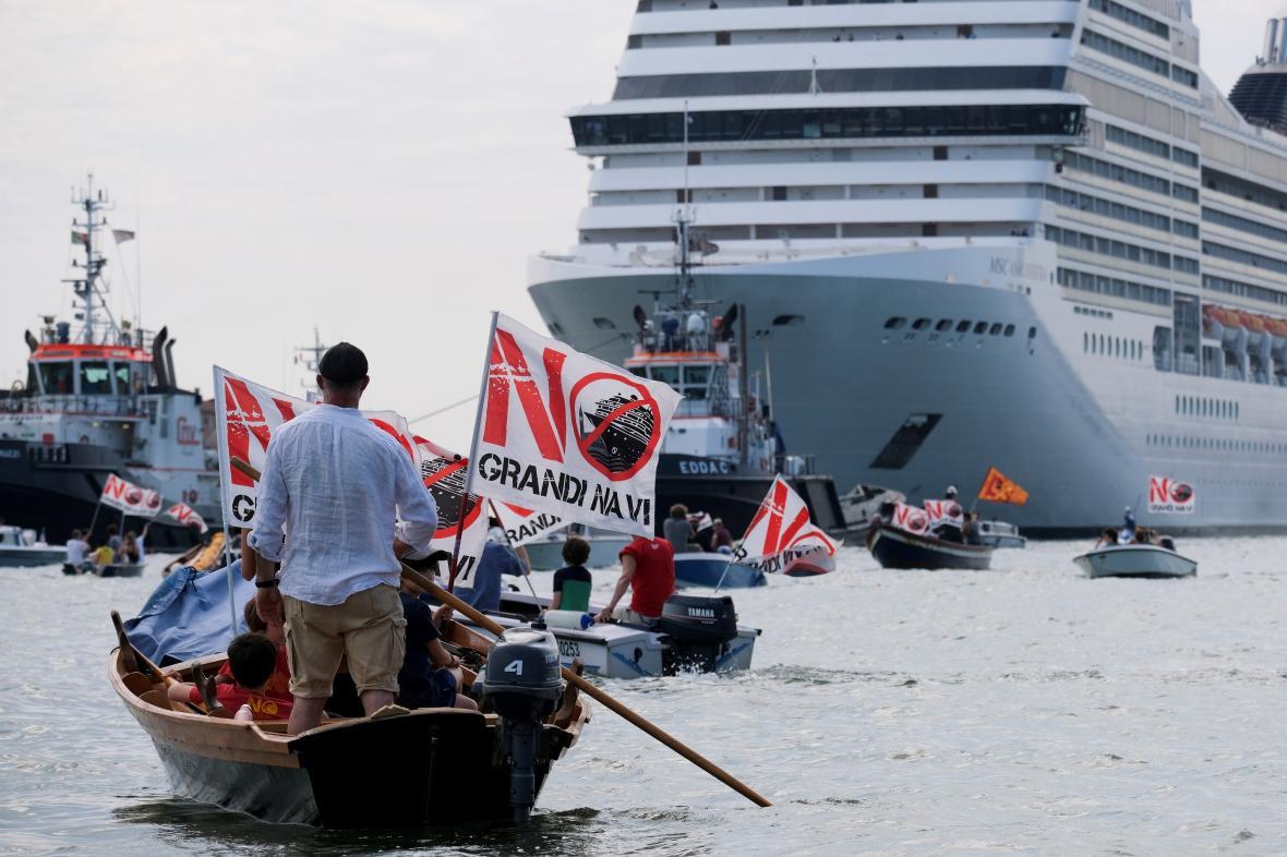 Z italských Benátek po roce odplouvá první výletní loď, vyprovázejí ji protesty