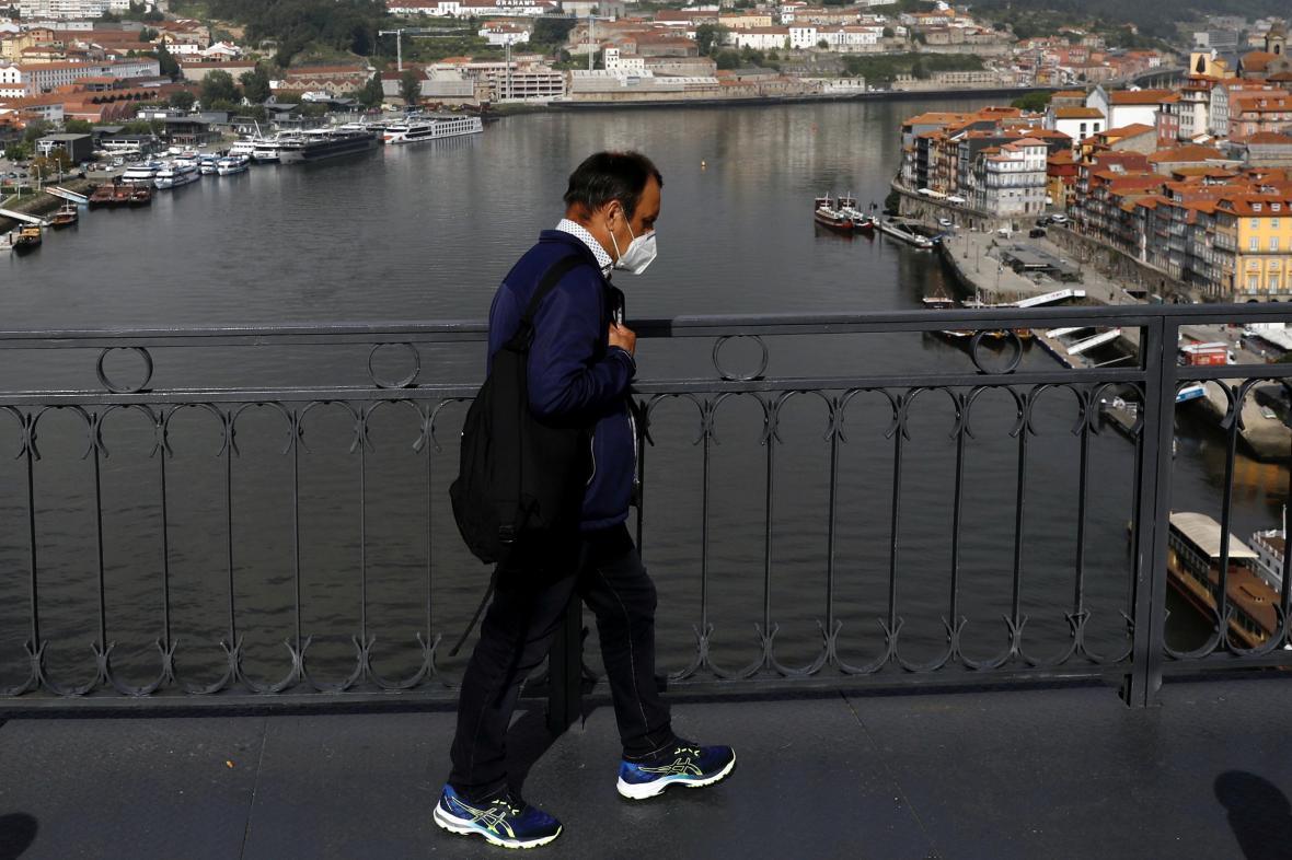 Muž s respirátorem v portugalském Portu