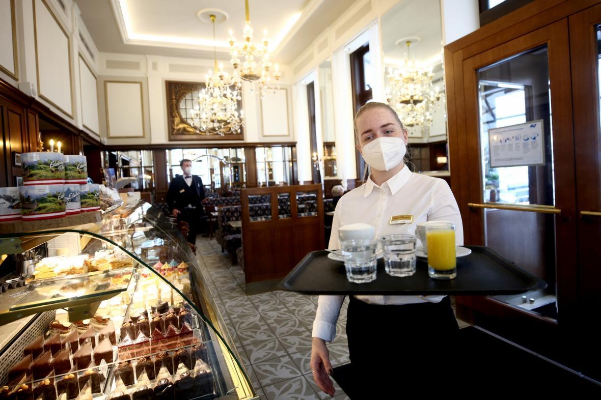 Opatření se v červenci zmírní i v rakouských resturacích a kavárnách