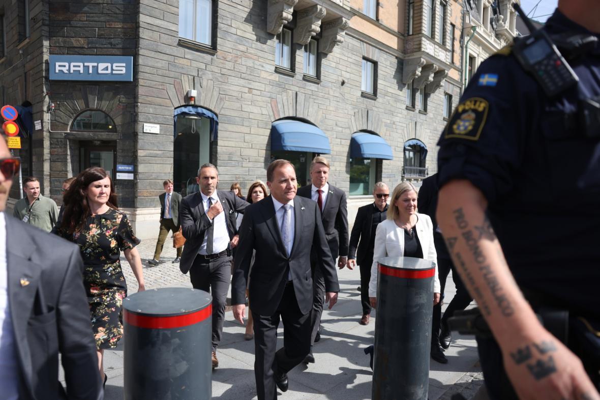Švédský premiér Stefan Löfven (uprostřed) před hlasováním